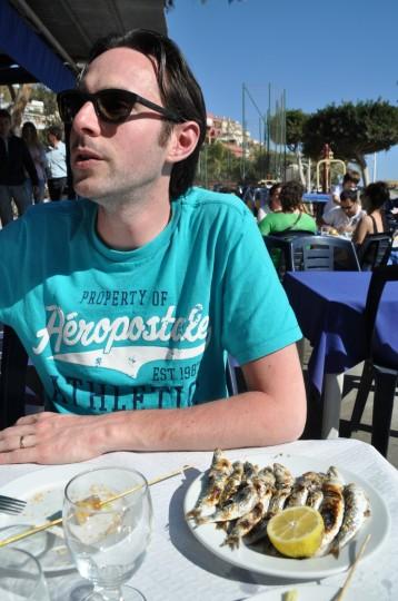 Sardientjes eten bij El Tintero.